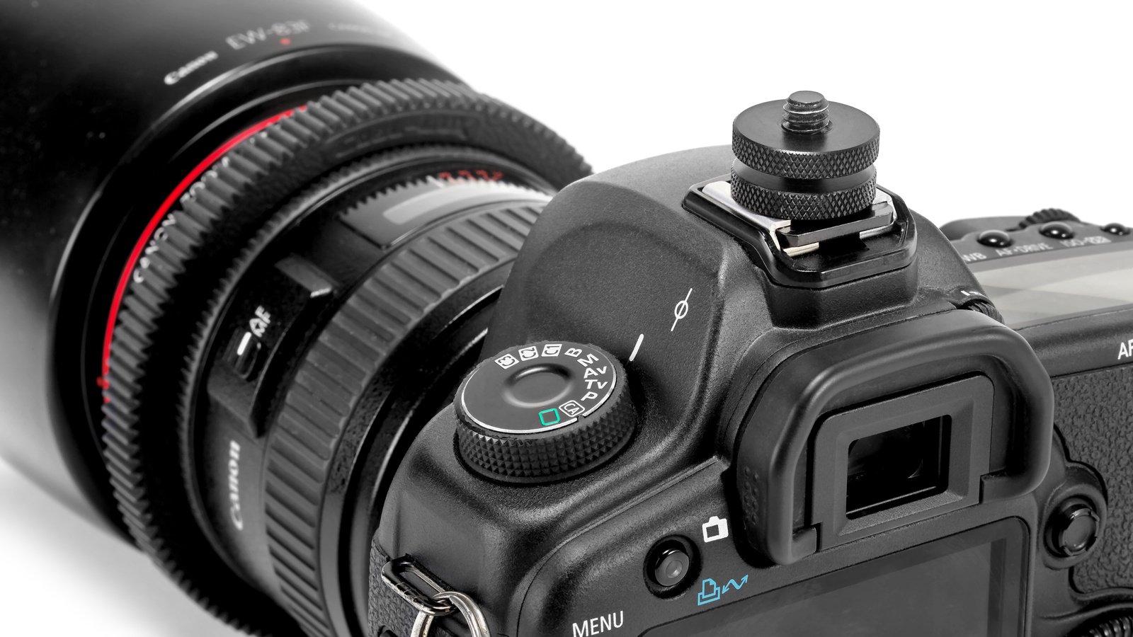 Der Adapter ermöglicht die Befestigung von Zubehör direkt im Blitzschuh einer Kamera.