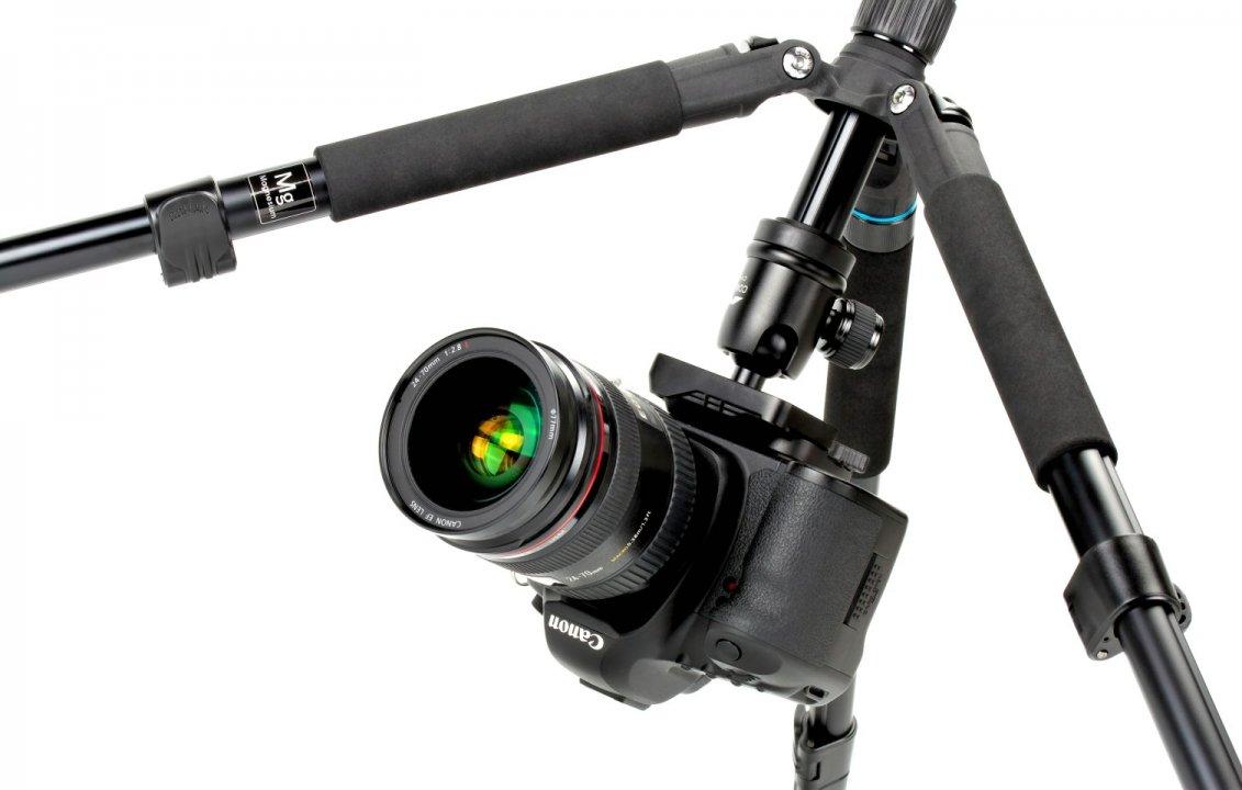 Canon 5D Mark II hängend unter Coman Voyager Fotostativ.