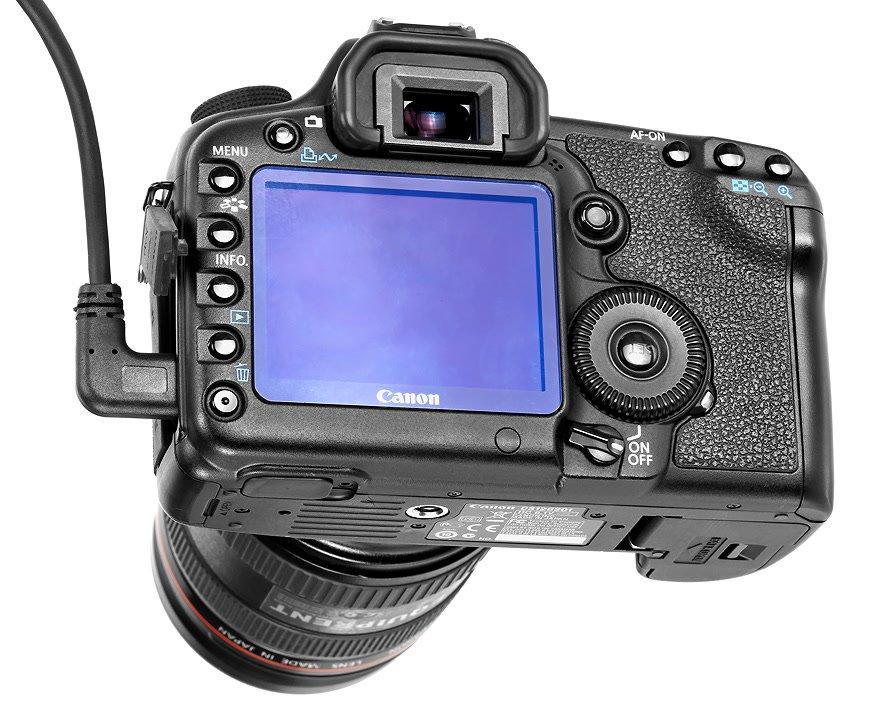 Winkelstecker eingesteckt in Canon 5D Mark II.