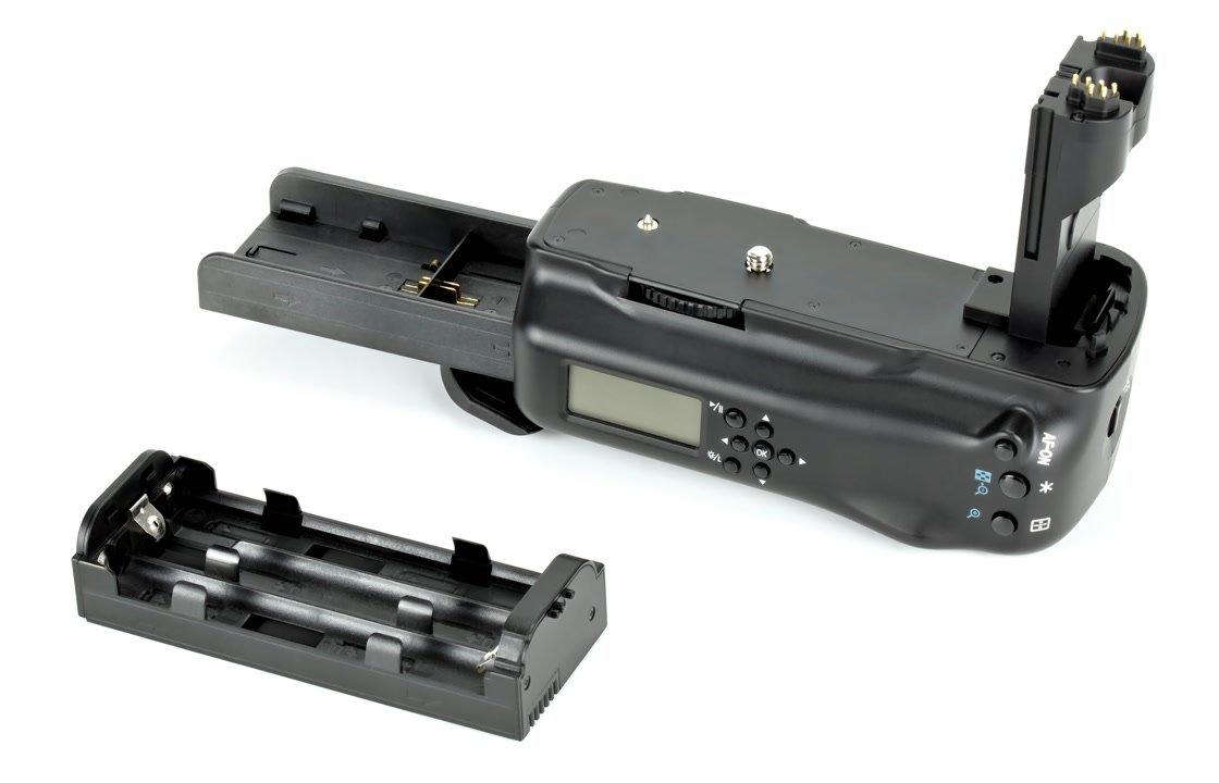 AA Batterien lassen sich mit Batteriegriff nutzen.