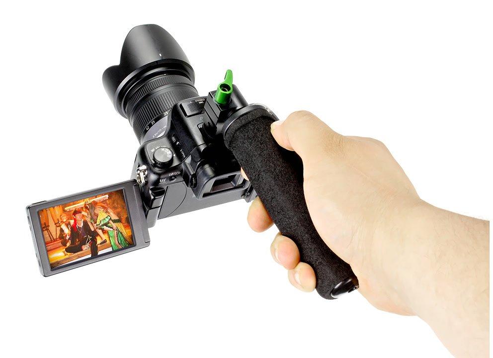 Griff über Blitzschuhadapter mit Kamera verbunden.
