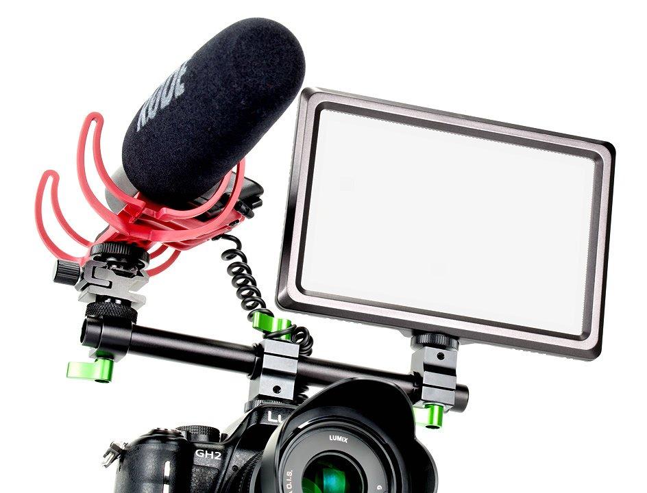 Mikrofon und LED Leuchte montiert in Kamerablitzschuh.