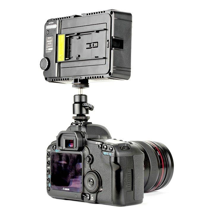 Canon 5D Mark II mit Aputure AL-H198 LED Leuchte von hinten.