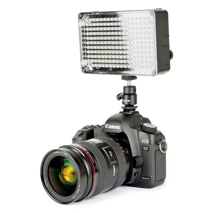 Canon 5D Mark II mit Aputure AL-H198 LED Leuchte von vorne.