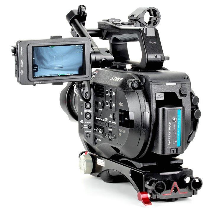 Der Akku ragt minimal aus dem Akkuschacht der Kamera heraus.