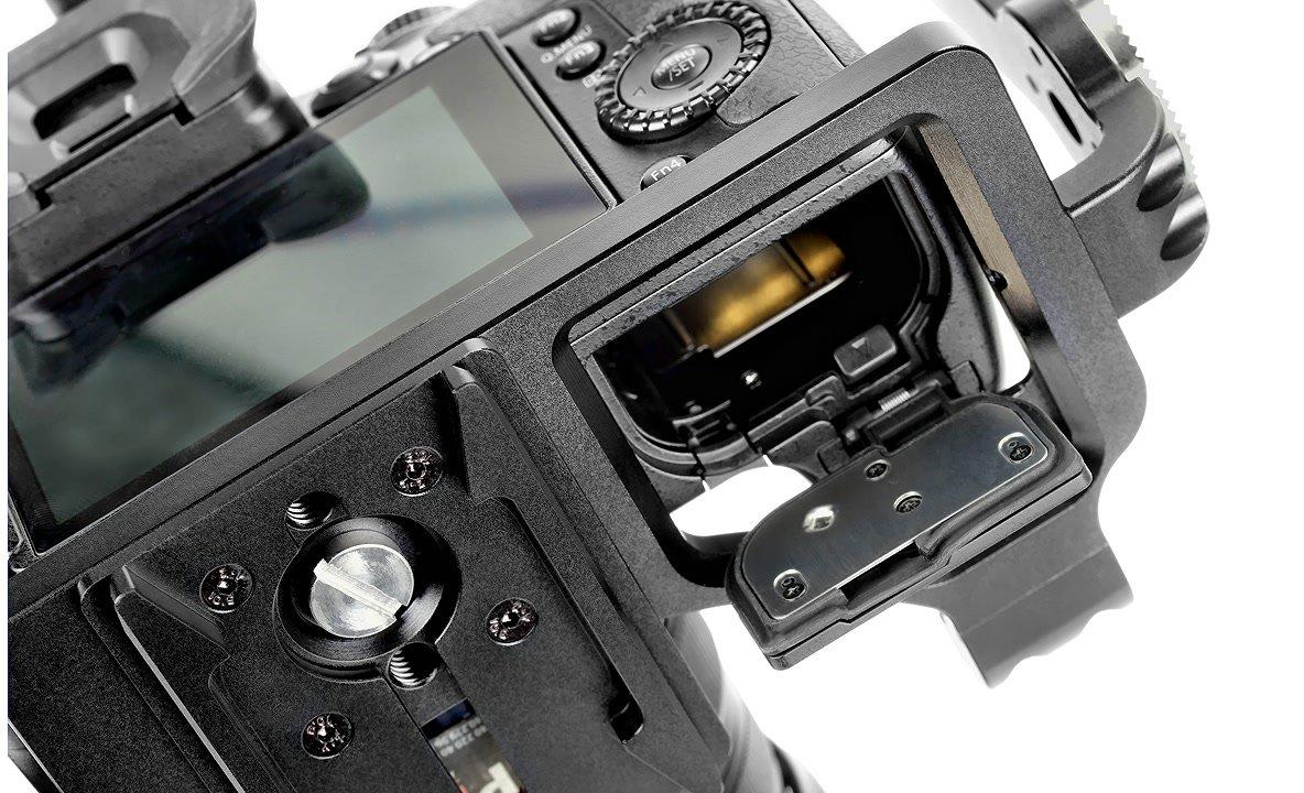 Akkuklappe der Panasonic GH4 lässt sich öffnen.
