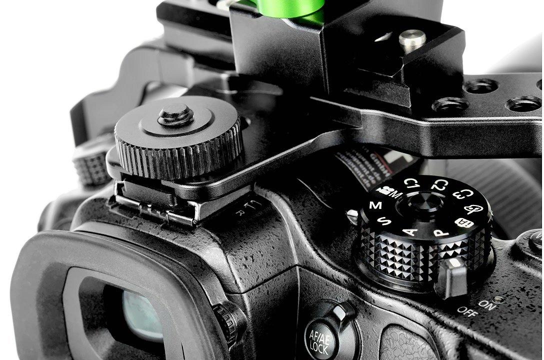Panasonic GH4 wird im MCK-01 Cage im Blitzschuh fixiert.