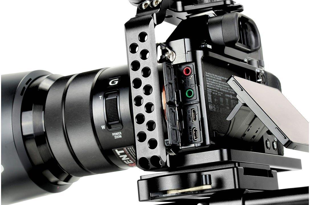 Anschlüsse der Sony A7 lassen sich problemlos nutzen.