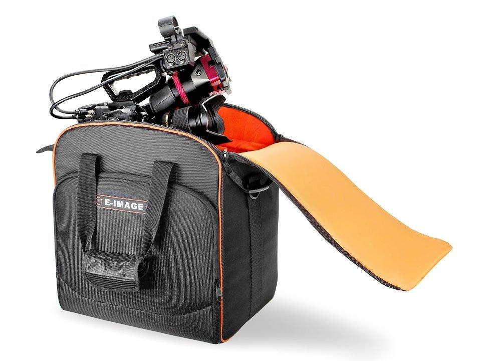 Canon C300 passt in die Tasche perfekt hinein.