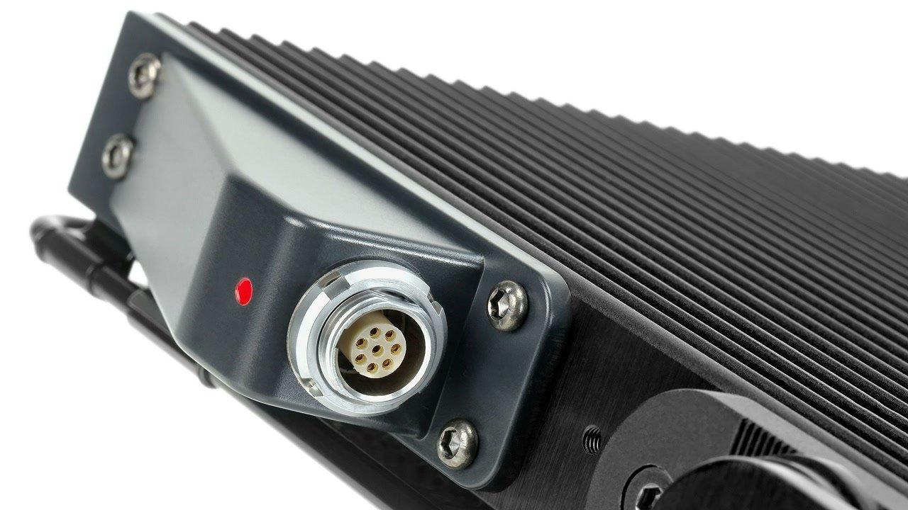 Multi-Pol Stecker an LED Leuchte.