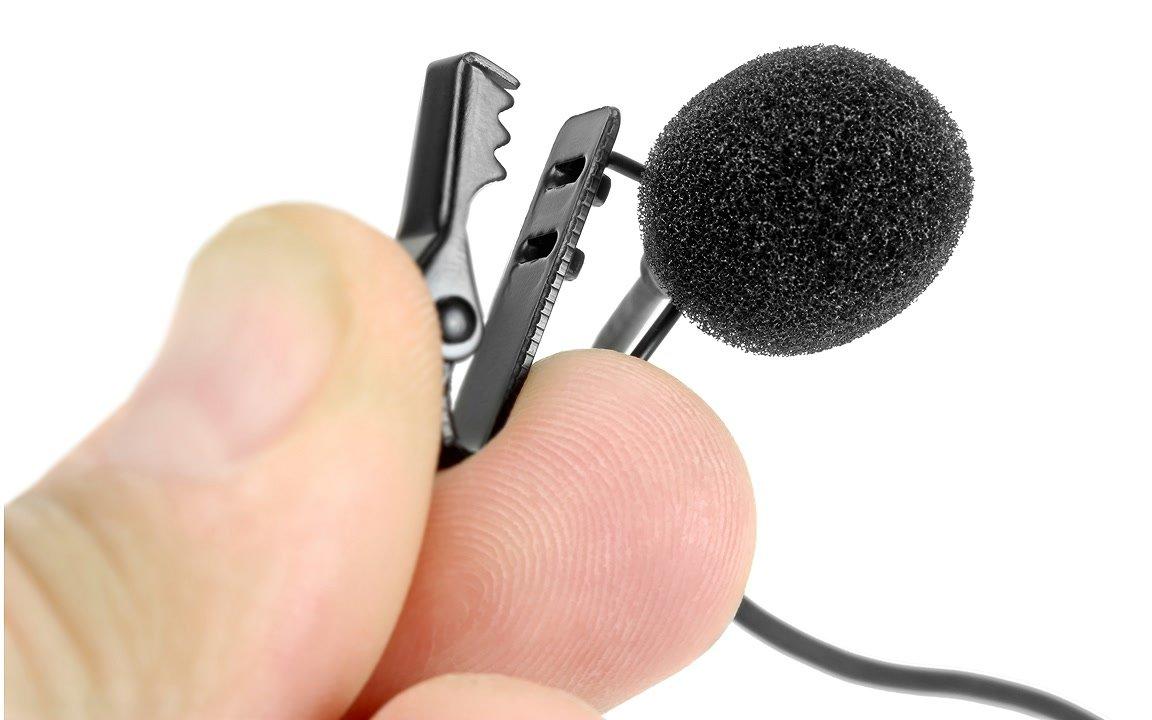 Metallklammer hält das Ansteckmikrofon in Position.