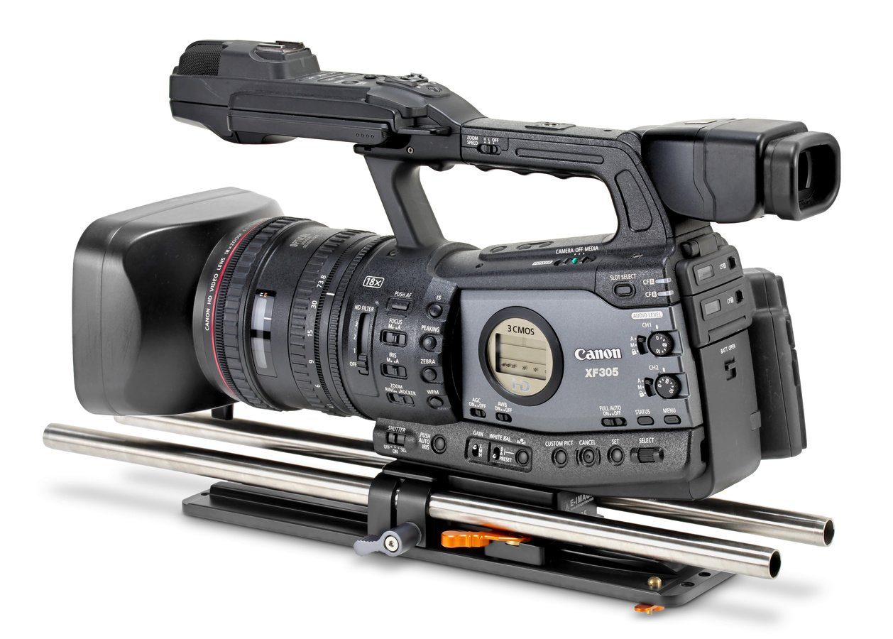 Canon XF305 Camcorder mit Dovetail Baseplate und 15mm Rods.