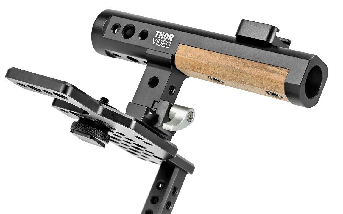 Griff mit Holzelement und vielen Montagegewinde.