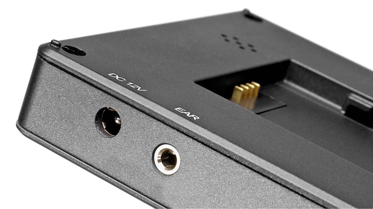 DC Stromeingang und Kopfhörernanschluss am Monitor.