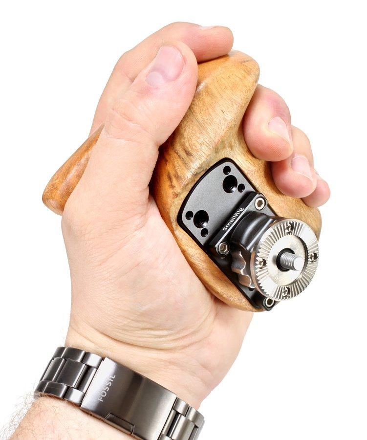 Der Handgriff ist ergonomisch geformt und lässt sich bequem halten.