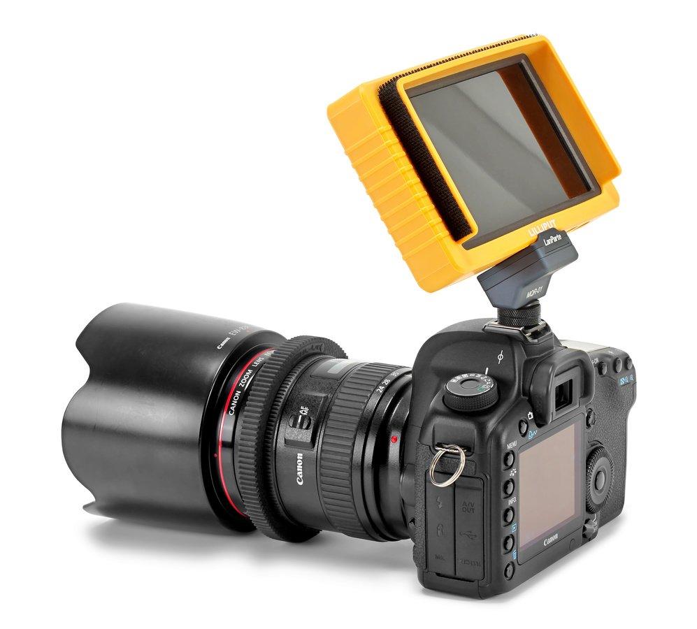 Canon 5D Mark II mit Lilliput Q5 Monitor und Lanparte MQR-01 Adapter im Blitzschuh.