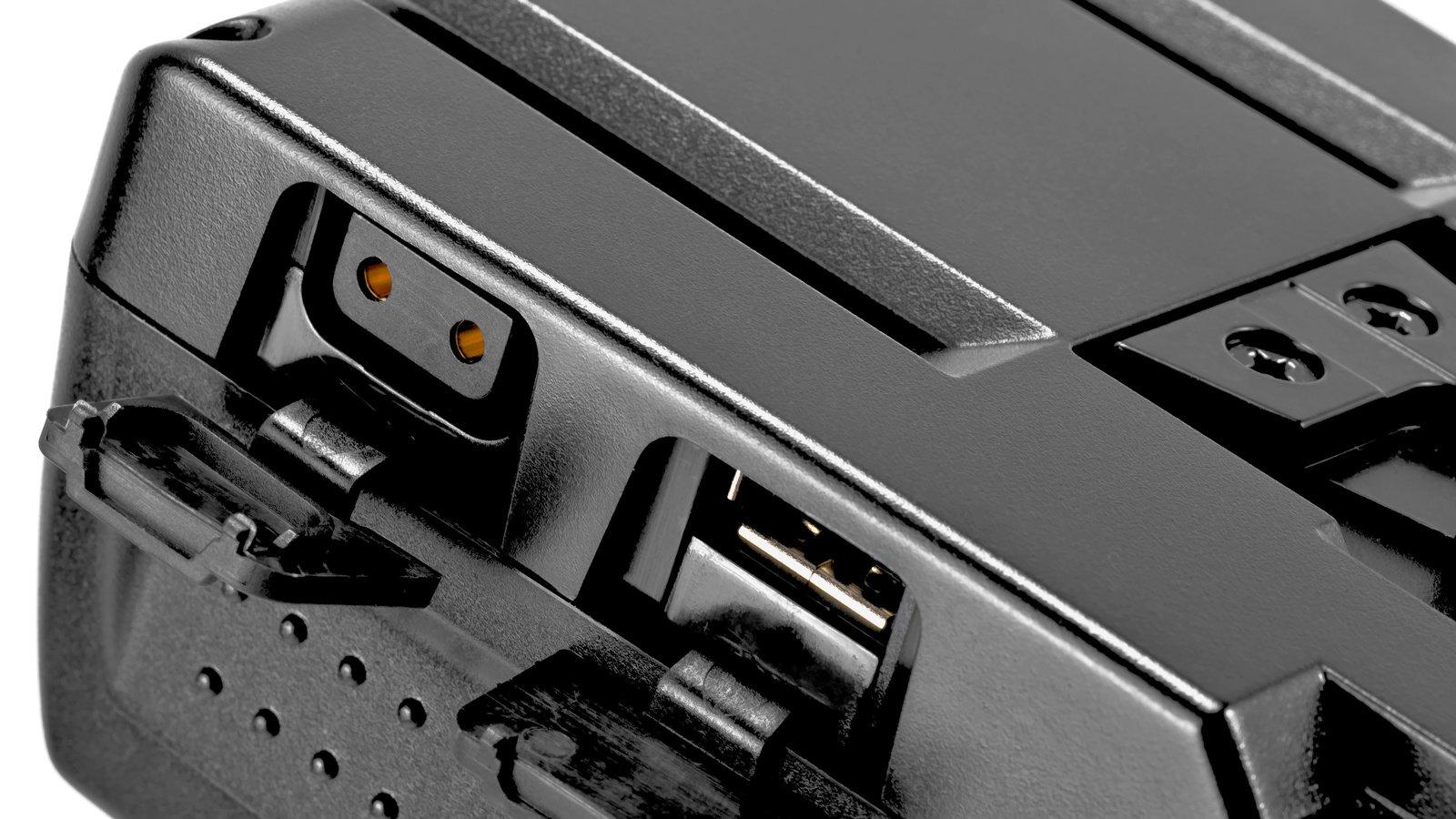 USB und D-Tap Ausgänge sitzen hinter Gummiklappen.