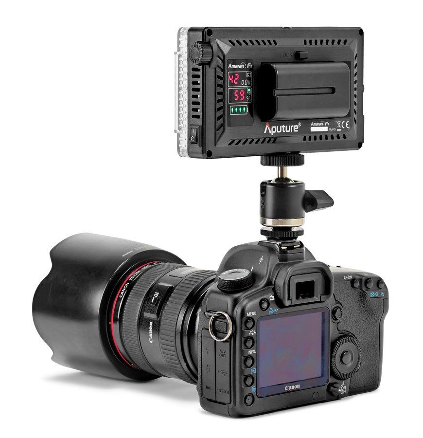 Canon 5D Mark II mit Aputure AL-F7 Licht im Blitzschuh.