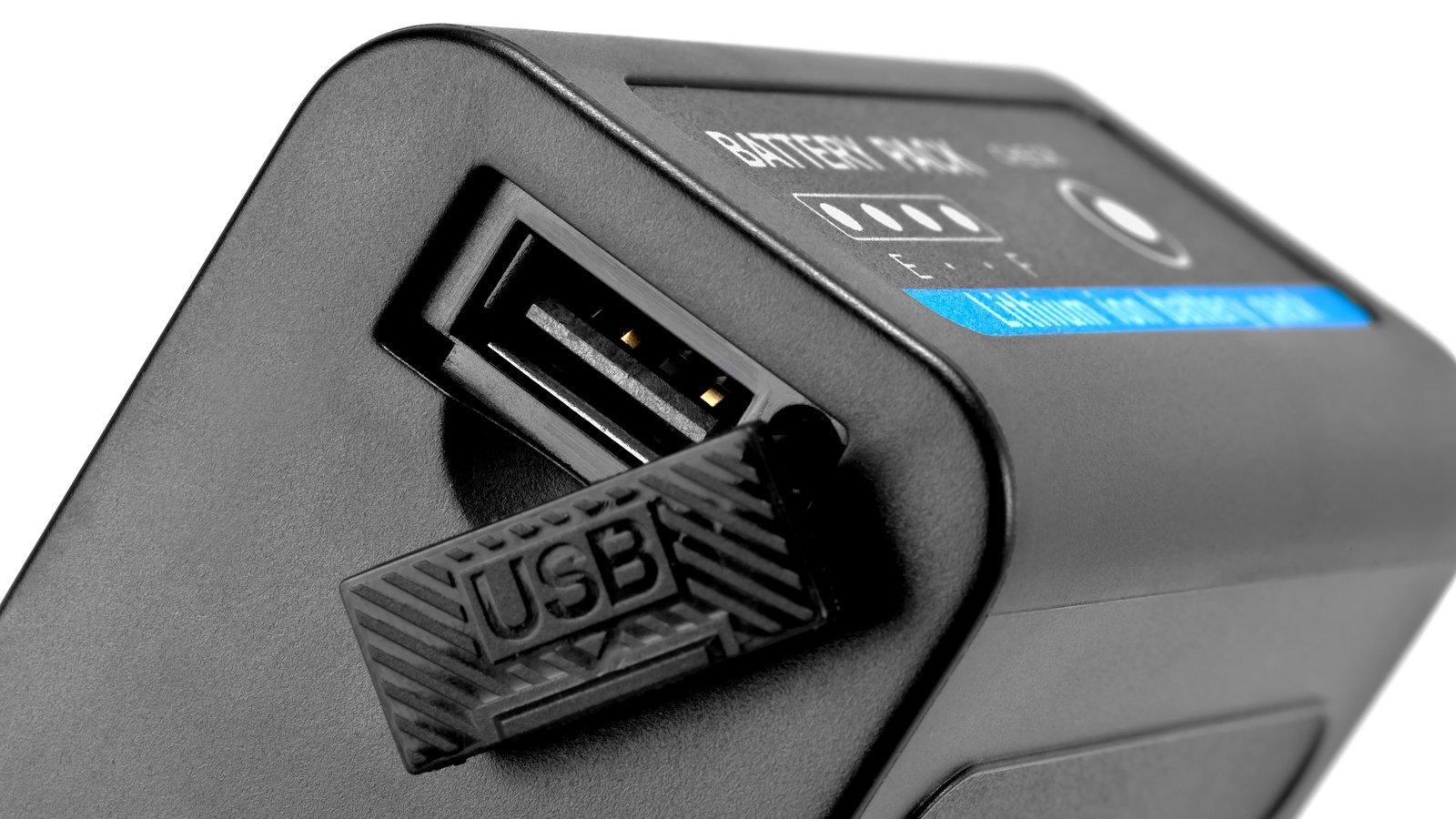 Ein Smartphone kann direkt über USB am NP-F Akku aufgeladen werden.