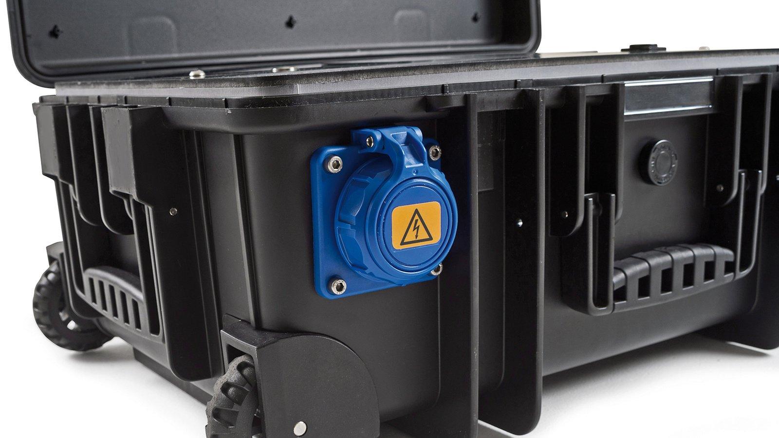 Die Stromanschlüsse des Koffers sind gegen Wasser geschützt.