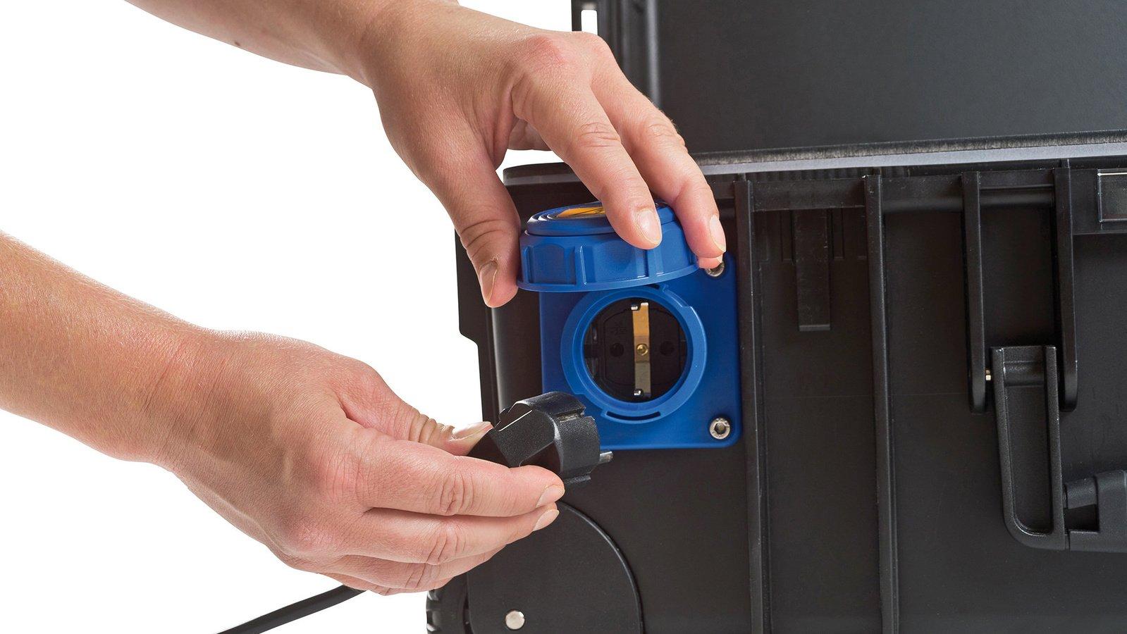 Der 230V Anschluss kann 1000 Watt Dauerleistung liefern.