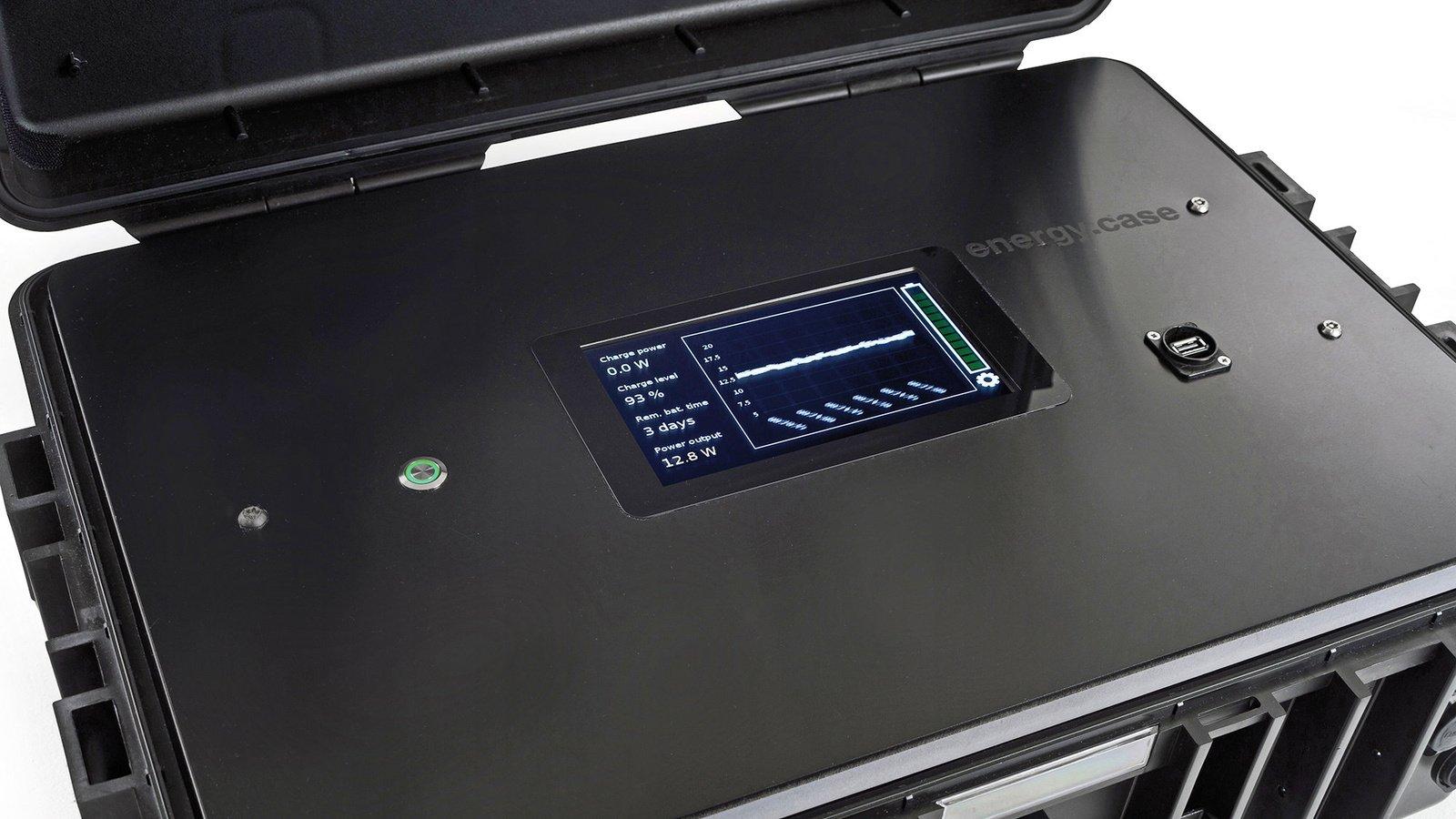 Der Zustand des Akkus lässt sich über ein integriertes Display im Koffer ablesen.