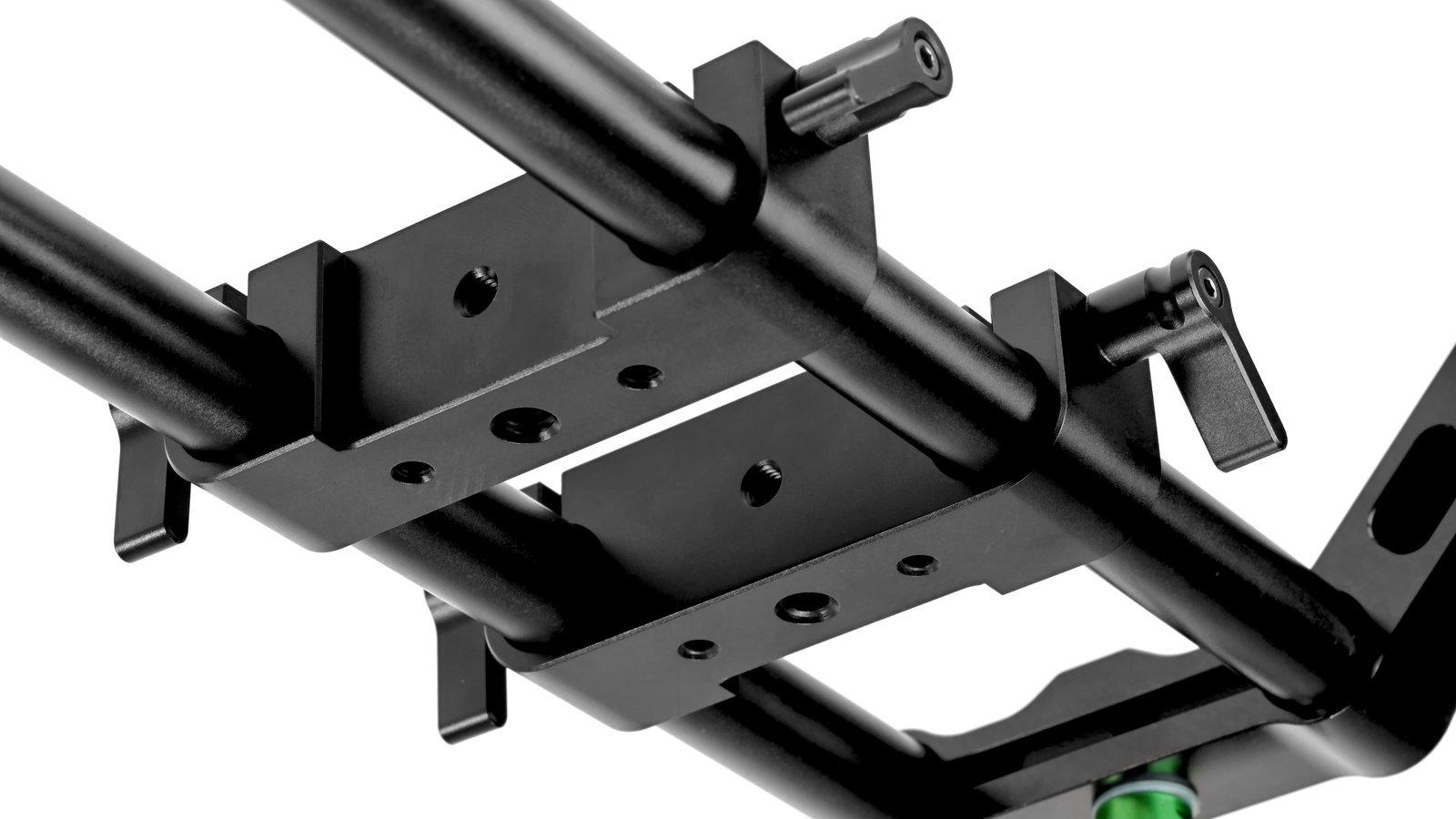 Die mitgelieferten Verbinder ermöglichen die Montage des Rigs auf einem Kamerastativ.