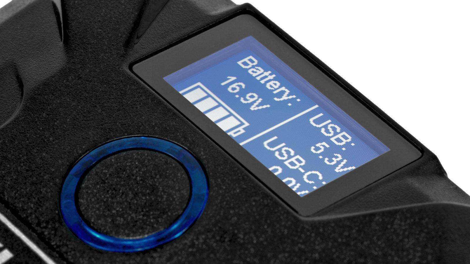 Auf Knopfdruck zeigt das beleuchtete Display den Ladestand an.