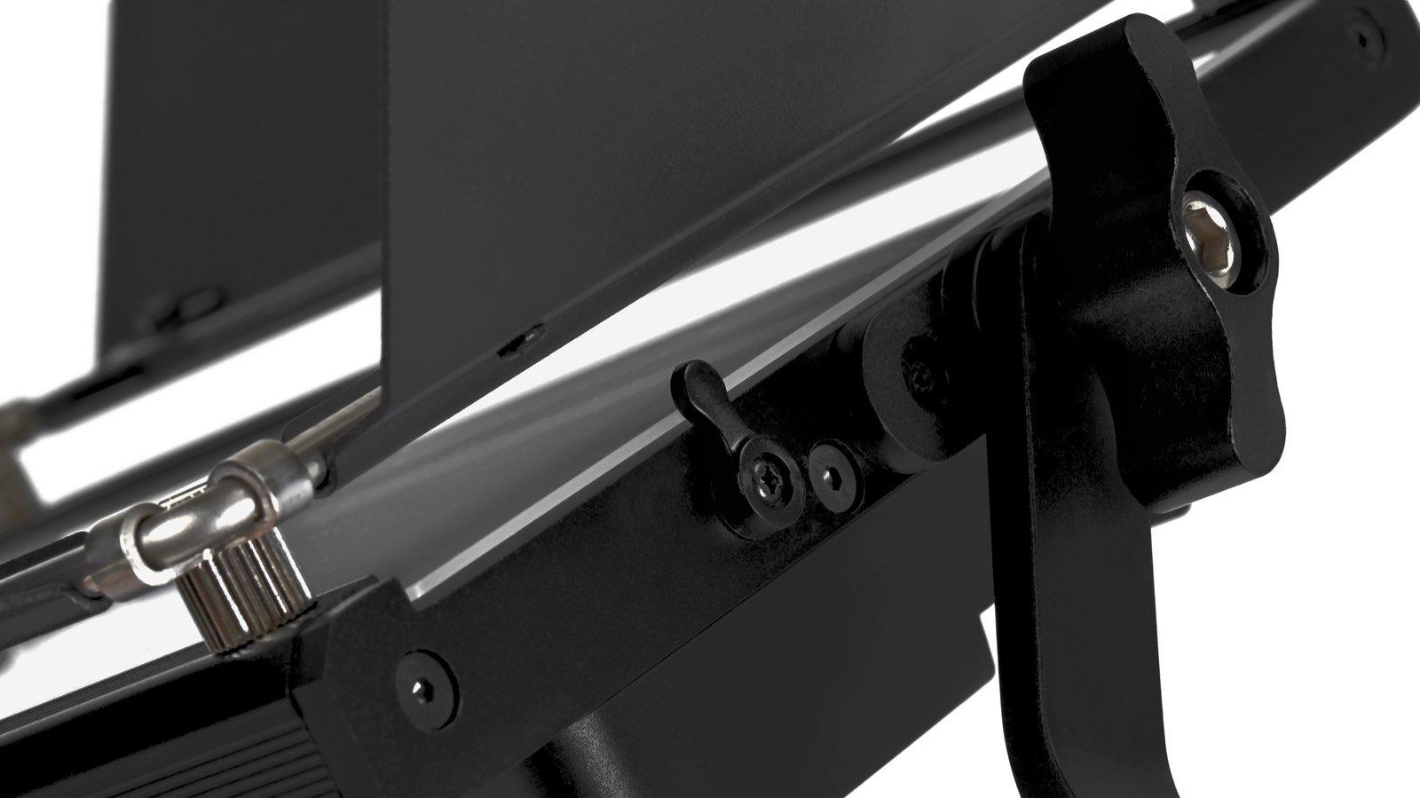 Die Acrylglasscheibe lässt sich beidseitig herausziehen. Sie ist mit einem Auswurfschutz gesichert.