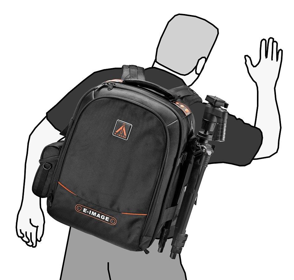 Ein Kamerastativ lässt sich am Rucksack befestigen.