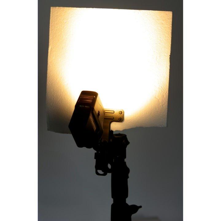 Klammer hält Styropor als Reflektor.
