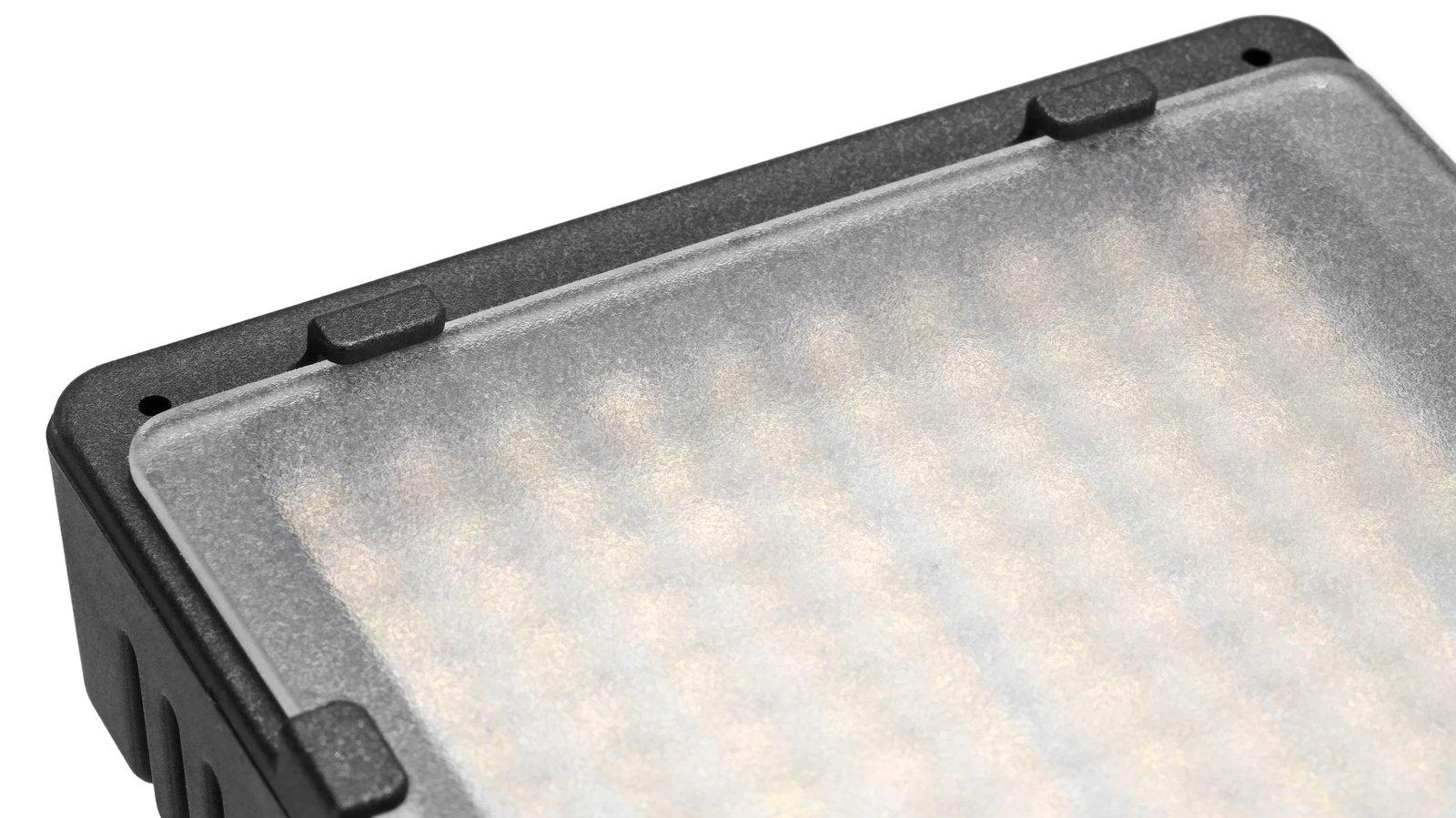 Die Diffusscheibe macht das Licht der LEDs und die Schatten weicher.