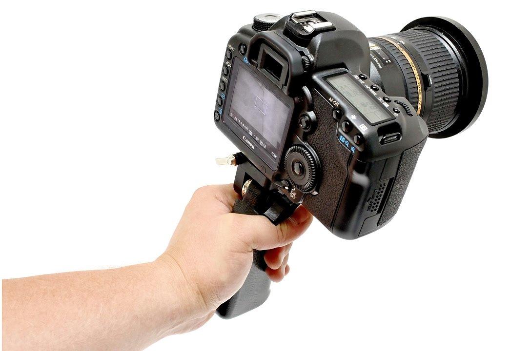 Der Handgriff ist ergonomisch geformt und eignet sich ideal für DSLR.