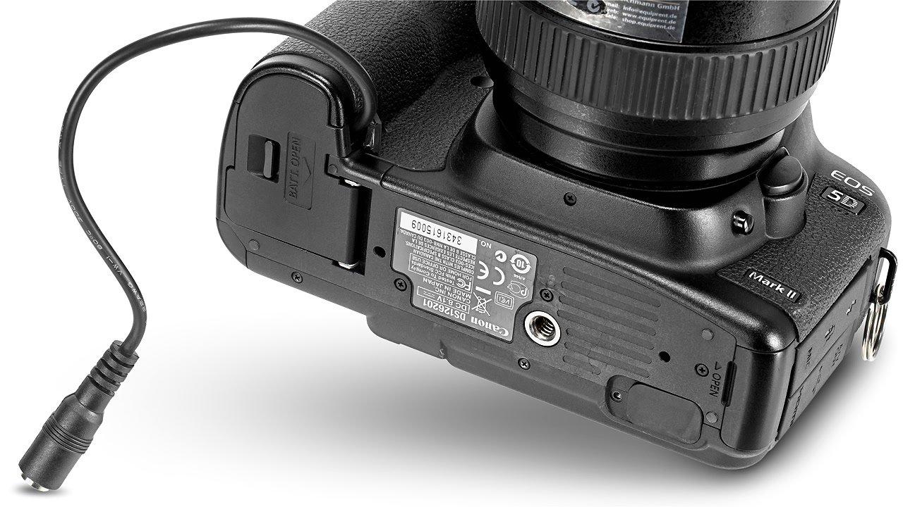 Das Stromkabel des LP-E6 Akkudummy wird aus der Kamera geführt.