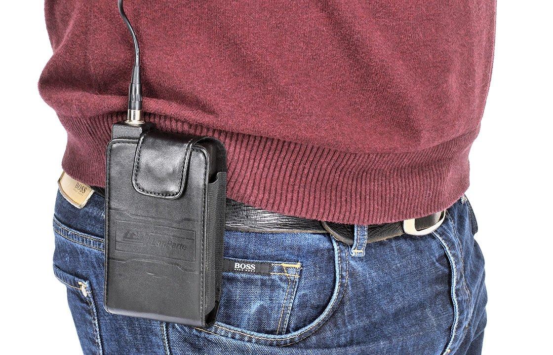 Durch einen Clip an der Tasche lässt sie sich am Gürtel befestigen.