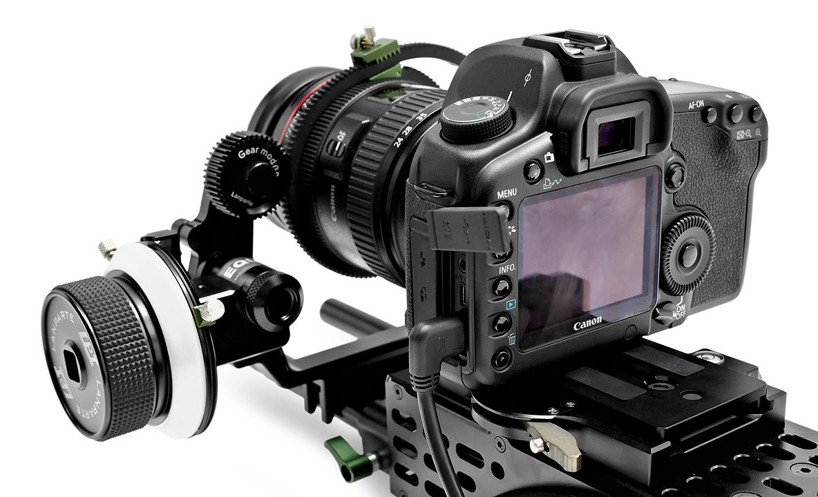Canon 5D Mark II mit gewinkeltem mini HDMI Typ C Kabel.