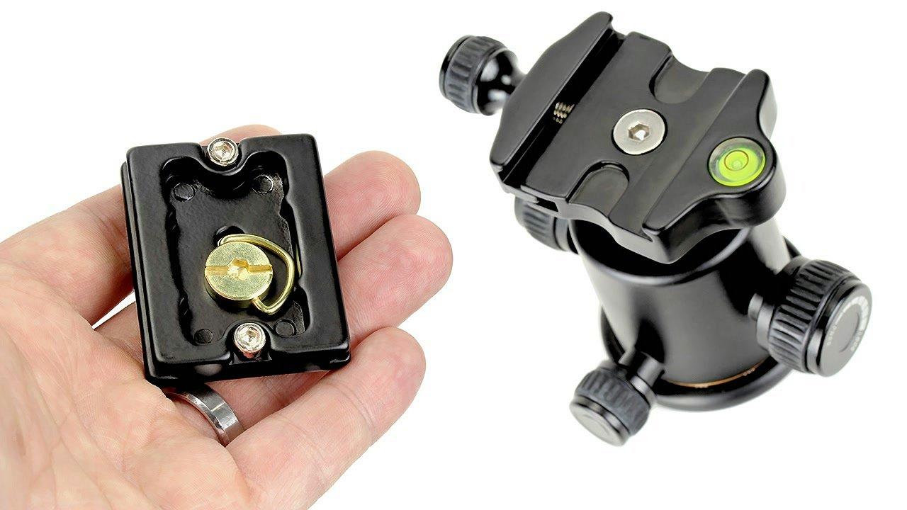 Die Schnellwechselplatte des Kugelkopfes ist mit einer Bügelschraube versehen.