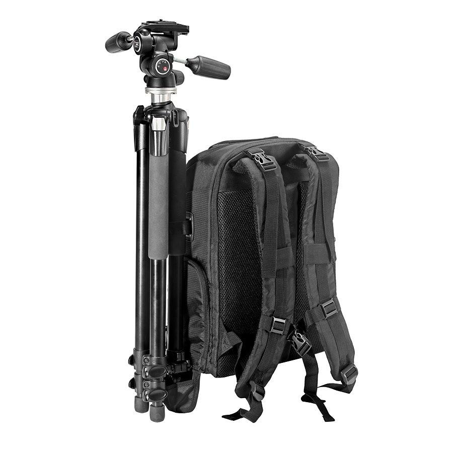 Ein Stativ kann am Rucksack befestigt werden.