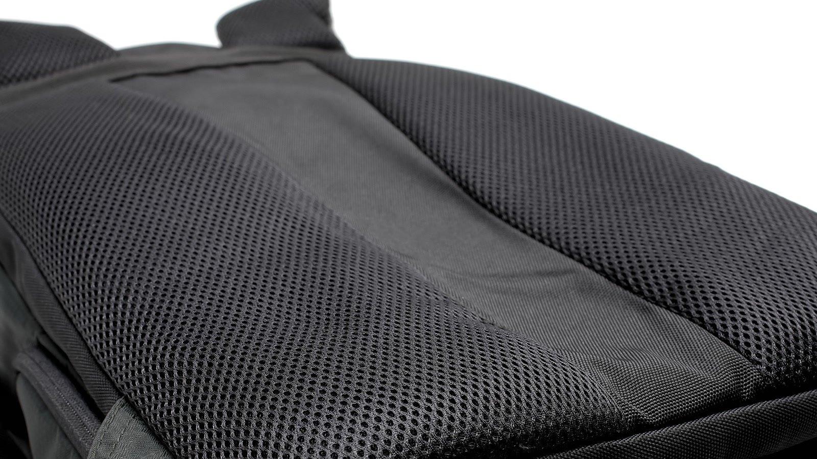 Rucksack hat gepolsterten und atmungsaktiven Rücken.