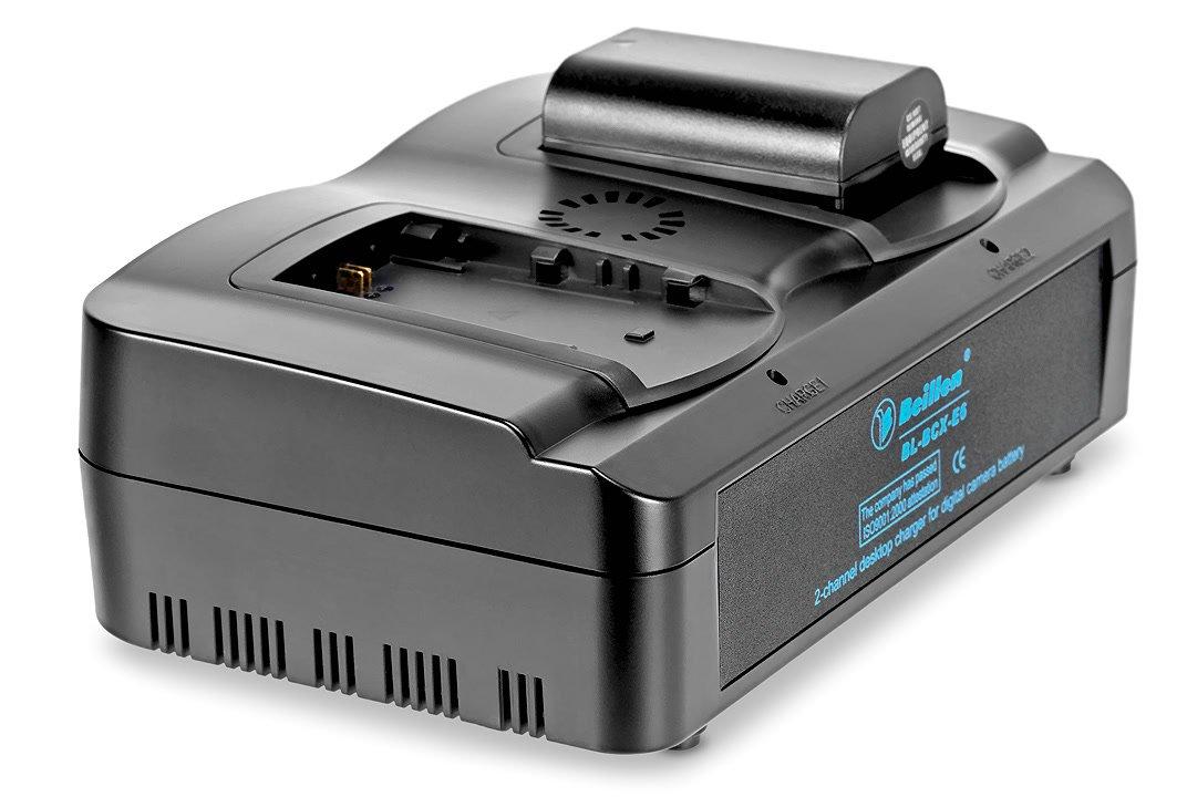 Ladegerät mit Canon LP-E6 Akku.
