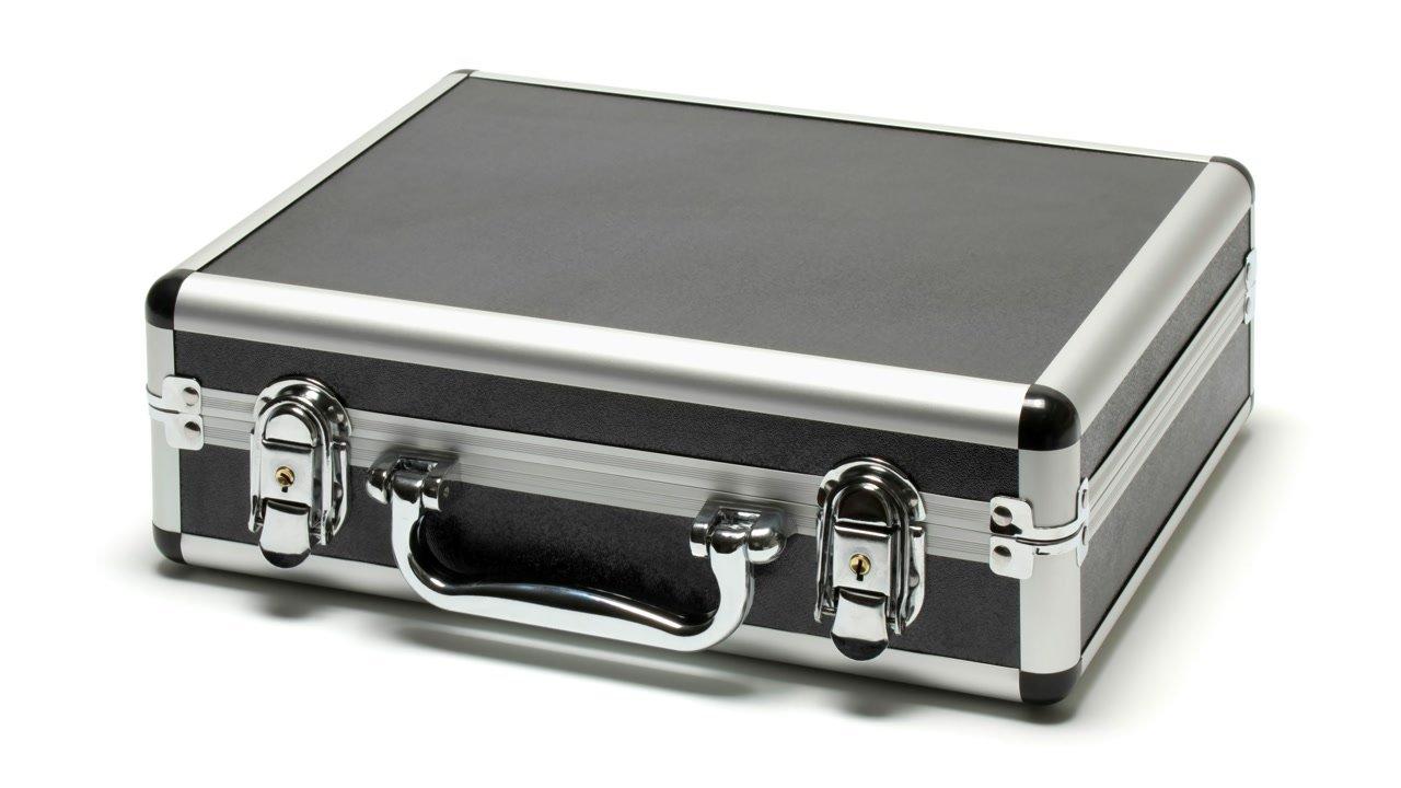 Aluminiumkoffer wird mit Monitor mitgeliefert.