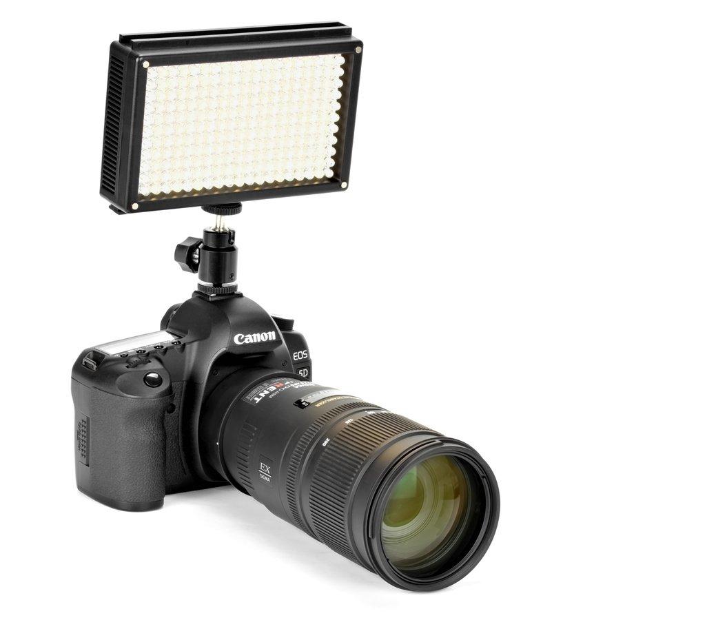 Canon 5D Mark II mit ROKO LED209 Leuchte von vorne.
