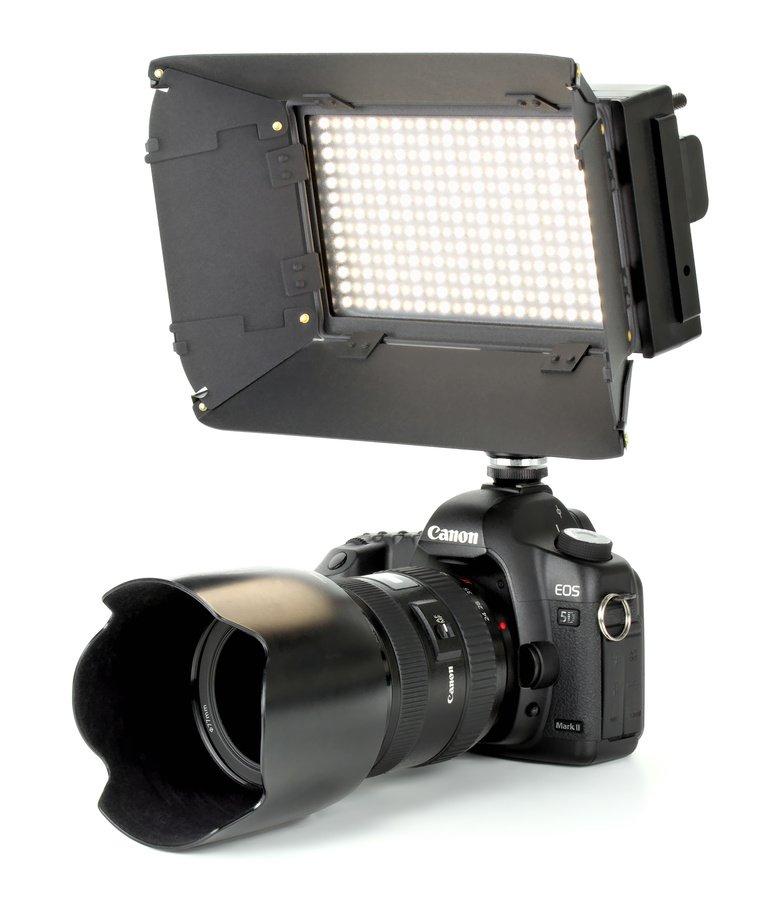 Canon 5D Mark II mit ROKO LED312 von vorne.