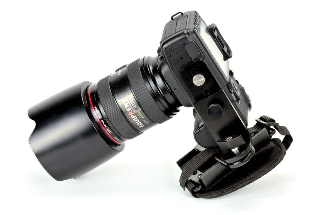 Unterseite Canon DSLR mit Griff.