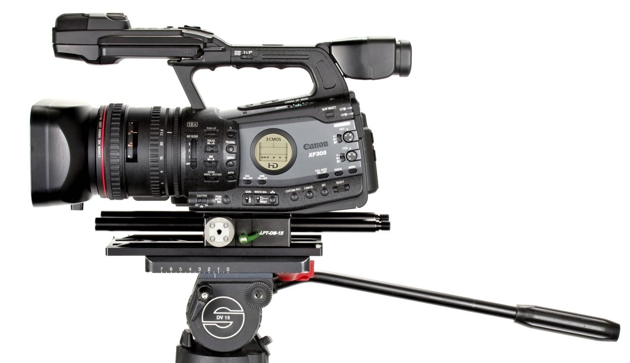 Canon XF305 mit Dovetail Stativplatte auf Sachtler Stativ.