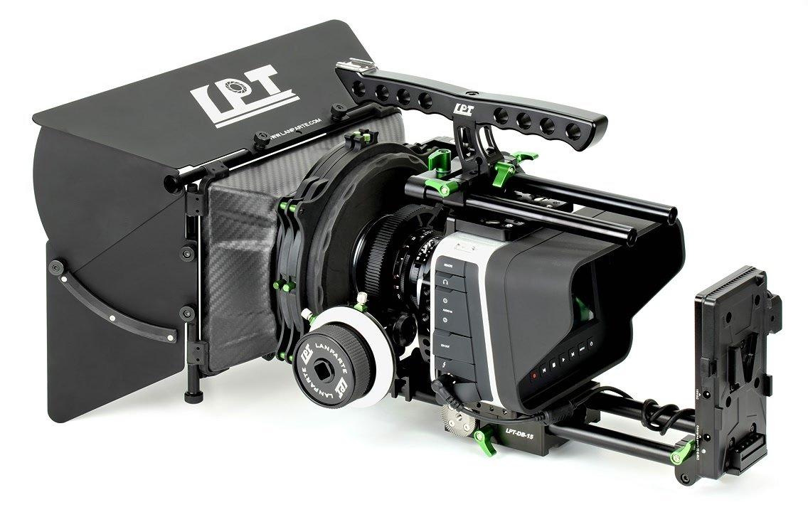 BlackMagic Cinema Camera mit VBP-02 Spannungswandler und Cage.